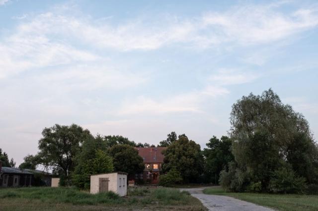 Haus Neudorf in der Dämmerung