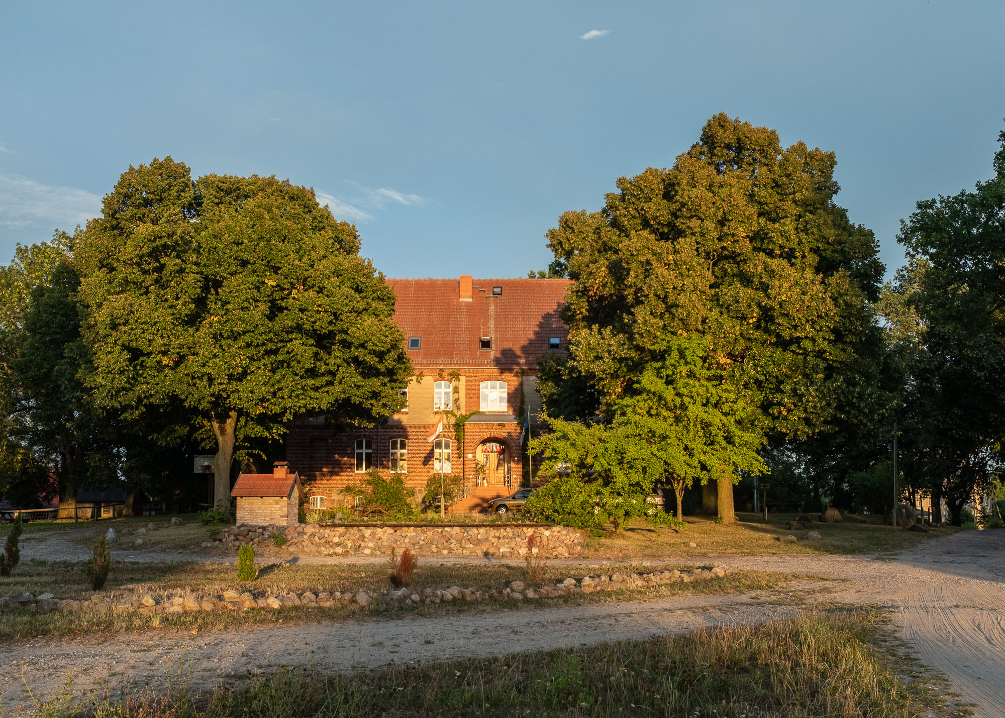 Haus Neudorf im Sonnenuntergang
